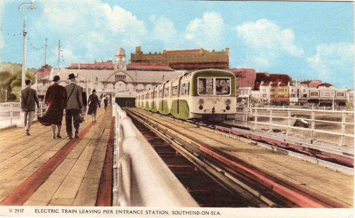 DakaudsXcAA8WL8 - The Southend Pier railway