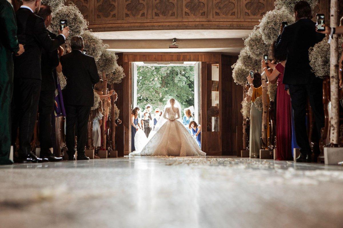 #TBT sur cet incroyable événement : le #mariage de lhéritière @swarovski avec sa robe spectaculaire composée de pas moins de 500 000 cristaux Swarovski !!!! ❤️😍🤩 #wedding #mode #inspi #love #weddingplanner #inlove #NoWords  Source : Getty Images