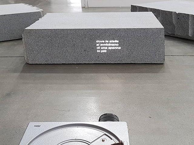 #GiovanniAnselmo #dovelestellesiavvicinanodiunaspannainpiù  #sculpture #marble #projection @galleria_vistamare @miartmilano #ContemporaryArt https://t.co/hHnprs2Wgf