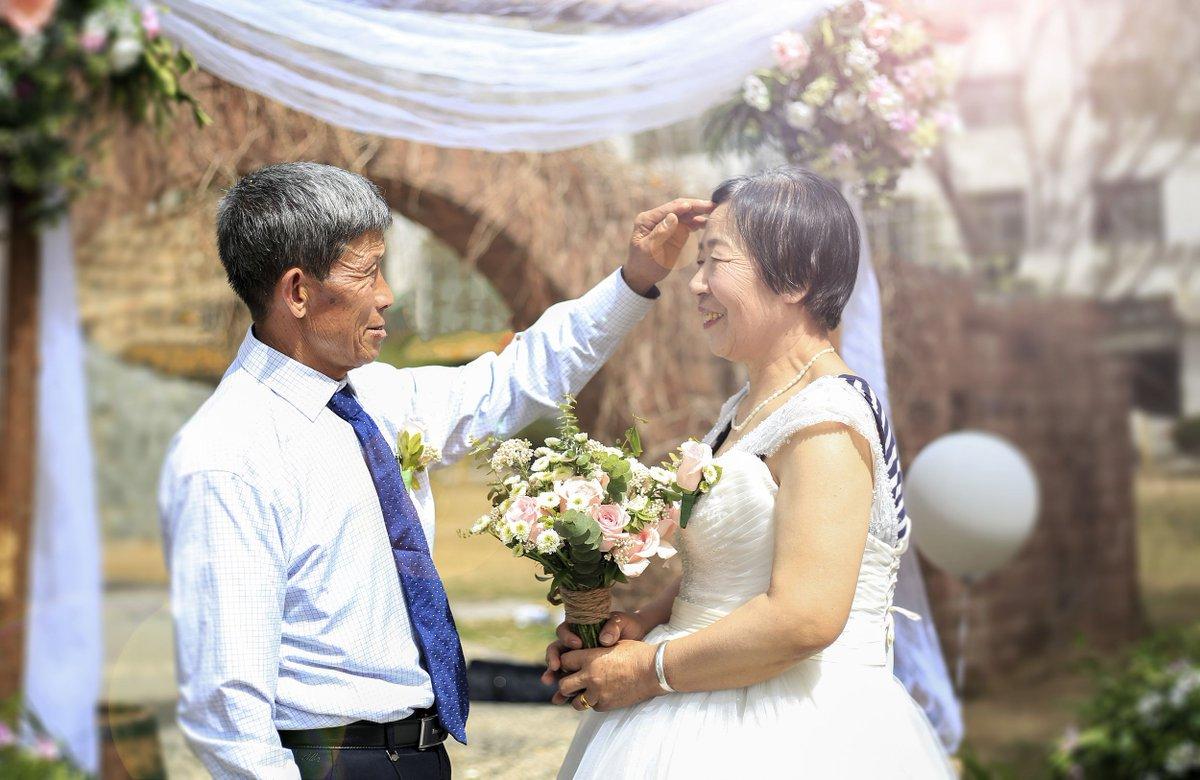 #TopCGTN Même si le temps blanchit les cheveux, il ne peut pas emporter l'amour ! Une série de #photos de #mariage de grands-parents chinois a suscité beaucoup démotion sur les réseaux sociaux en #Chine. Les internautes disent quils représentent le véritable amour.