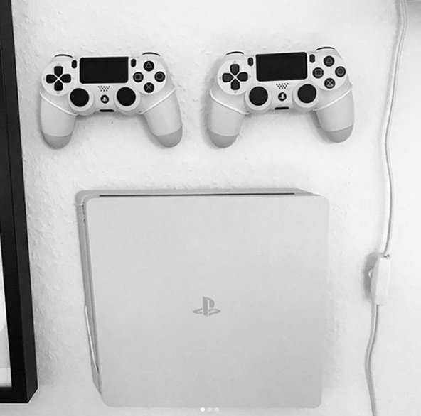 Love this clean and neat setup! Thanks for sharing Instagram user; Davidrovsing  #MyFloatingGrip  #PlayStation4 #Playstation4slim #Esport #Gaming #Consolespic.twitter.com/gRnvoDA8Cl