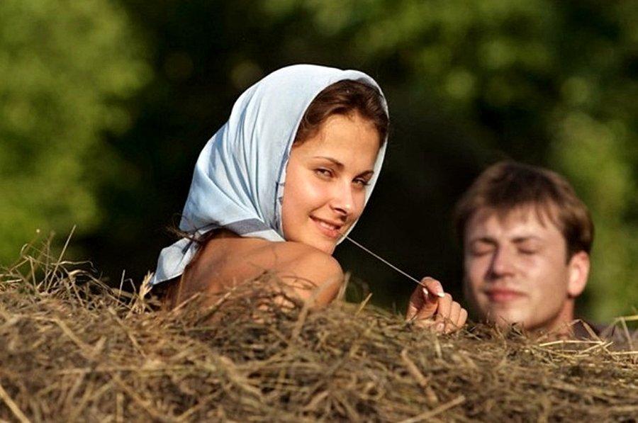 Красивая девушка в деревне фильм, минет от голливудской звезды