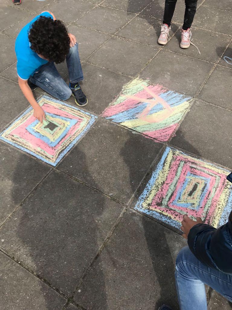 test Twitter Media - Deze week hebben we twee buitenlessen gedaan met groep 4 van @Walsprong. Eén daarvan was op een stoeptegel een kunstwerk maken met stoepkrijt. Dit in het kader van het thema 'Museum'. Ook hebben we taal en rekenen buiten gedaan. #genieten https://t.co/8Ls25wbmdn