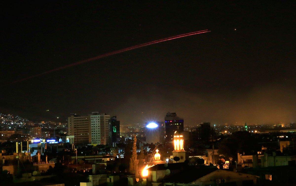A TV Síria divulga que ataques aéreos estão atingindo a capital Damasco e áreas ao redor. A agência Reuters e testemunhas afirmam que diversas grandes explosões foram ouvidas em Damasco, e colunas de fumaça foram vistas na região durante o pronunciamento de Donald Trump.