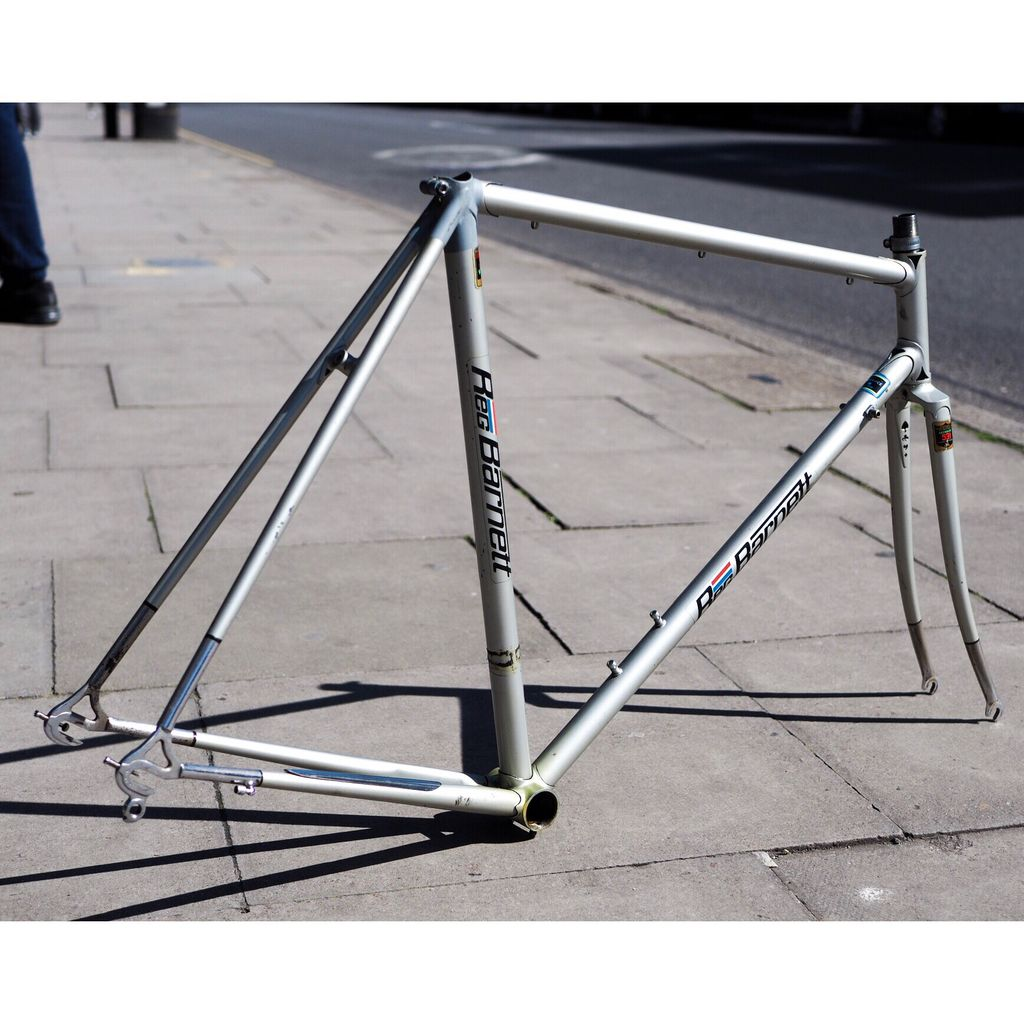 """A sprinter's speed in a road rider's body"". That's what they said about Reg Barnett. 6 times Natonal Track Champ, he even played for Crystal Palace Under 15s! Here's one of his frames, weighing in at just 2.5kg, and looking mighty fine in today's 🌞. https://t.co/oCT92r7FkN"