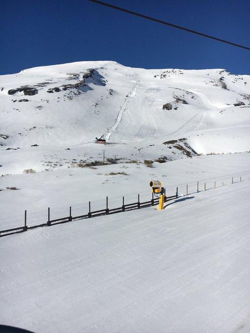 La temporada de esquí continúa en algunas estaciones de @Atudem_es muy buen día en @Alto_Campoo sol y mucha nieve. ¡Aprovechad el presente! La Purísima es incierta y queda muy lejos.