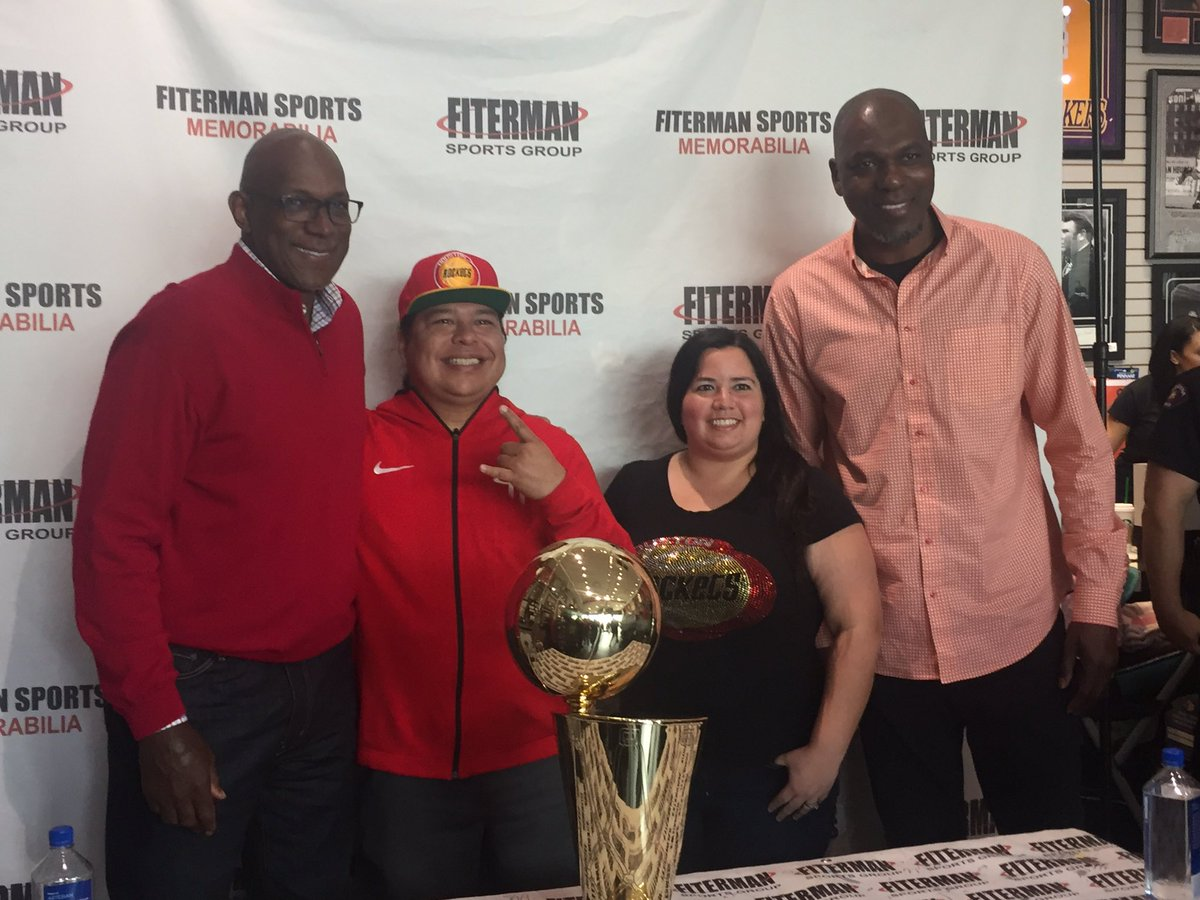 .@FitermanSports Memorabilia in Baybrook Mall hosts a Hall of Fame afternoon with Hall of Famers Clyde Drexler and Hakeem Olajuwon (@DR34M) taking pictures with fans and signing autographs.