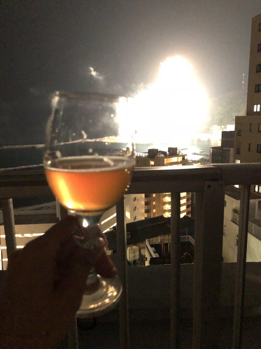 グラス越しに花火…みたいなことやろうとしたらシャッターのタイミングミスって「仕掛けが見事成功したのを楽しむ爆弾魔の視界」みたいになっちゃった
