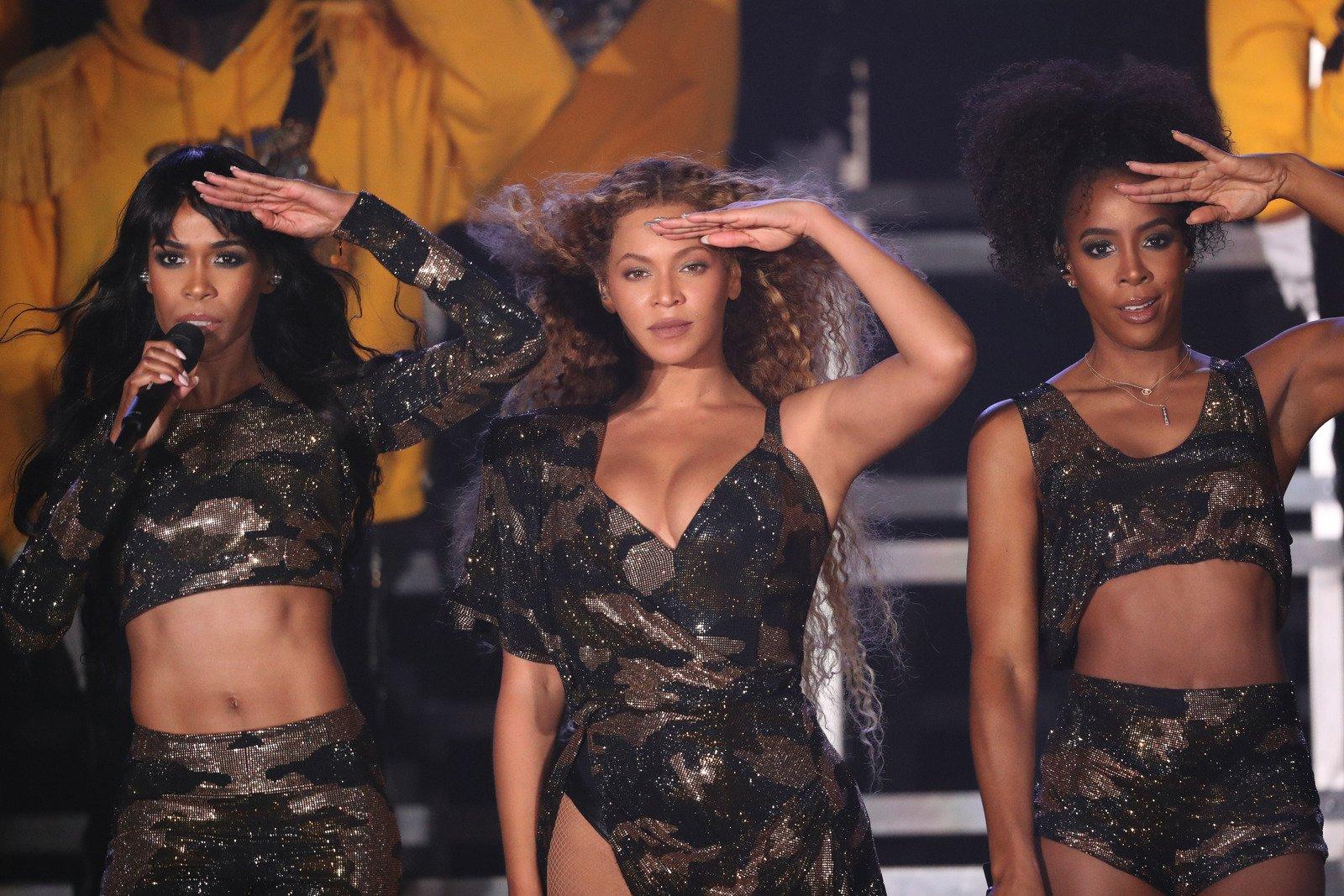 .@Beyonce just reunited with Destiny's Child at #Coachella. https://t.co/072a0U2geG https://t.co/2EQdvdZ0GO