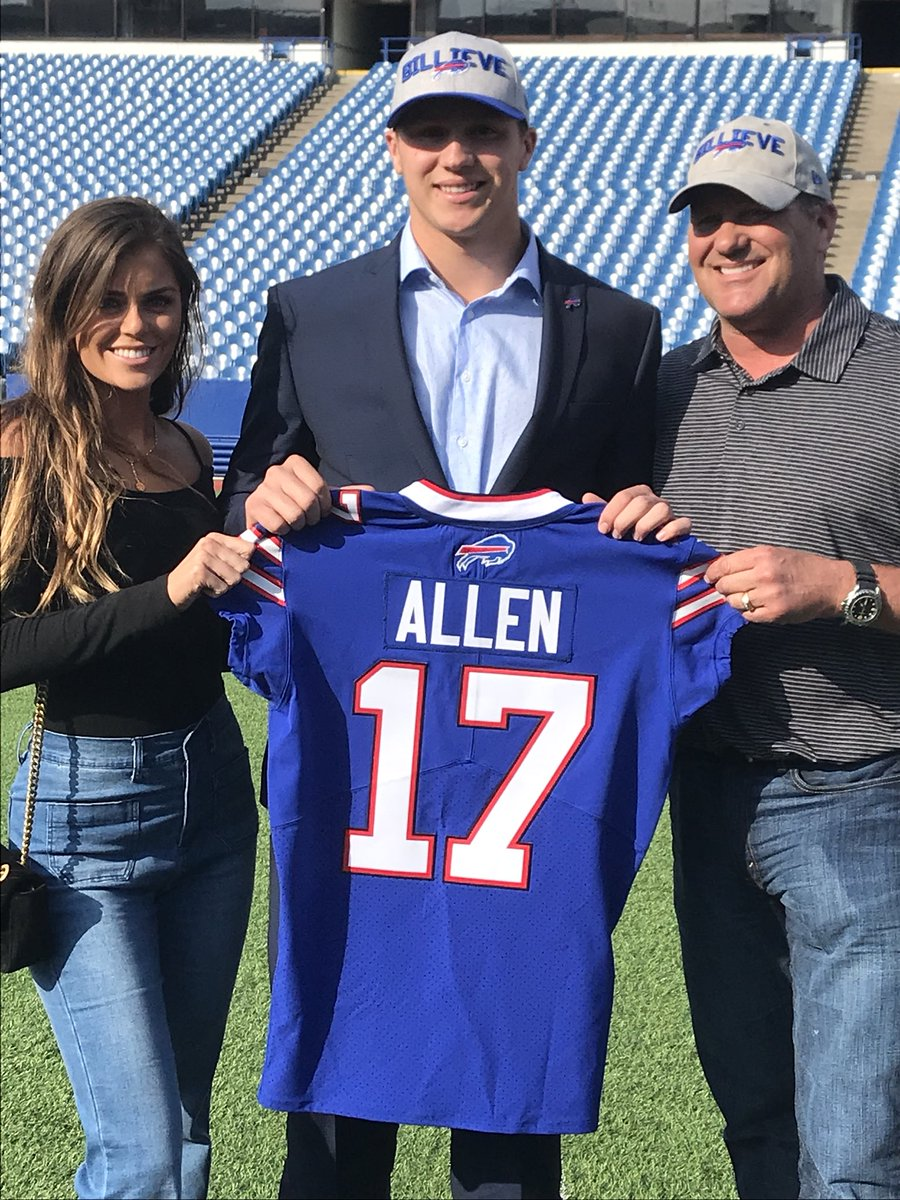 Scott Swenson On Twitter Josh Allen With His Jersey His Dad And Girlfriend Joshallenqb Likes What He Sees Newerafield More At 6 Live With 4joshreed News4buffalo Https T Co 5avrzjhvd1