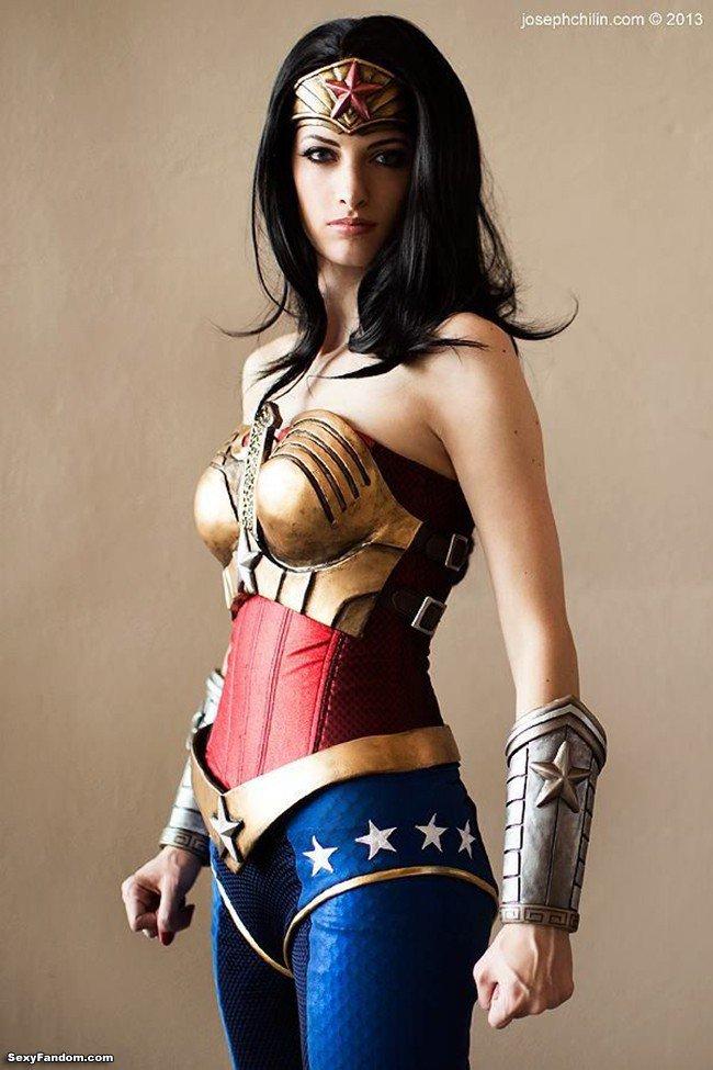 Sexy Fandom: Striking Wonder Woman Cosplay https://t.co/CygFrHCxMt...