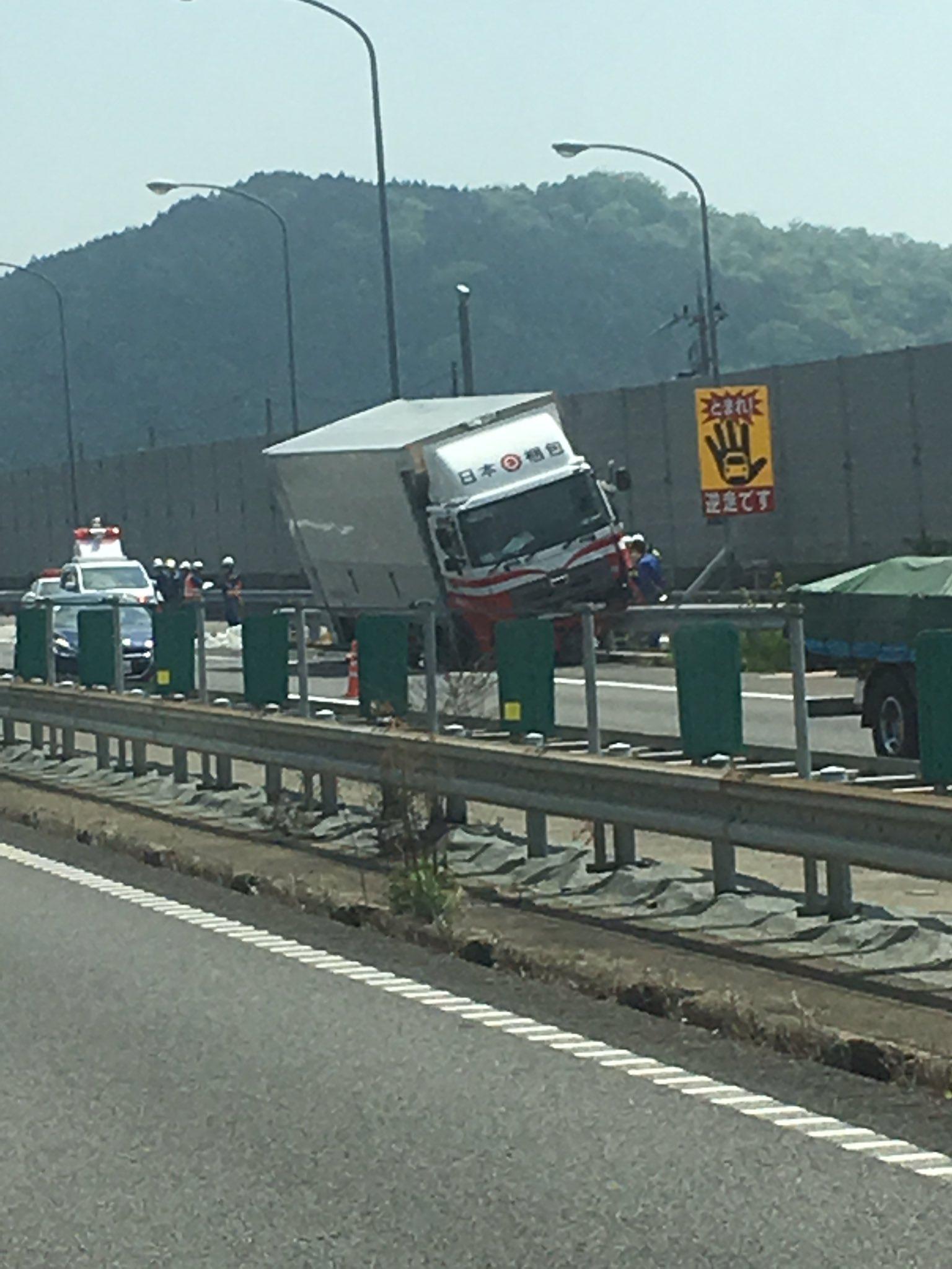 画像,名神高速・菩提寺PA付近上下線の渋滞の原因はこれでした。#渋滞#名神高速道路 https://t.co/HH8z6wAhoB…