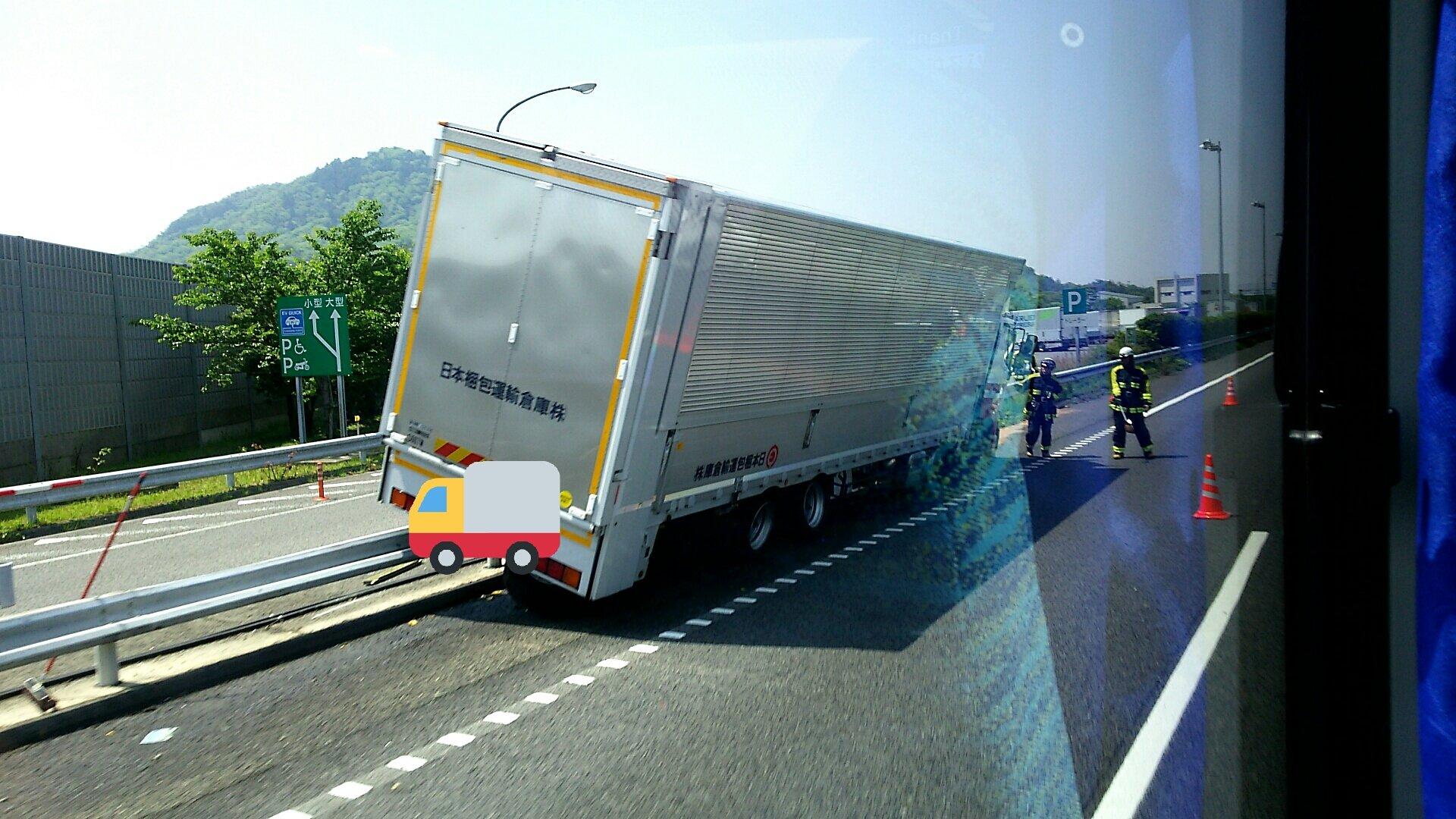 画像,名神高速竜王~栗東の渋滞はトラックが菩提寺PA進入口のガードレールに乗り上げたため。それにしても、どんな運転してたんだろう。 https://t.co/vyKL…