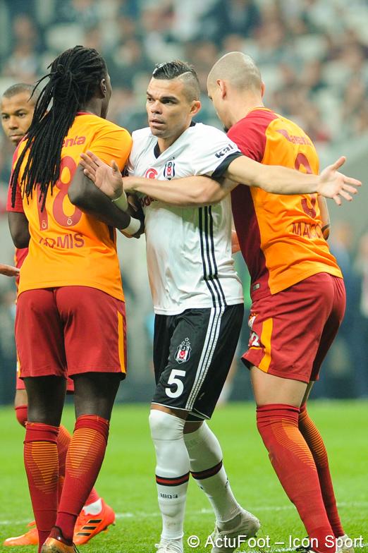 Le classement du championnat turc à quatre journées de la fin ! 😲🇹🇷  1- Galatasaray : 63 pts 2- Besiktas : 62 pts 3- Basaksehir : 62 pts 4- Fenerbahçe : 60 pts  D'autant plus que Galatasaray reçoit Besiktas demain. Vous avez dit 'suspense' ?