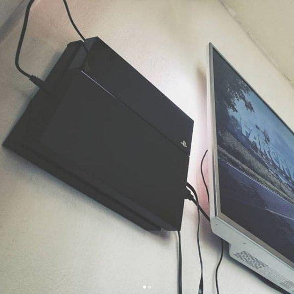 Thanks Instagram user kimmokautiainen for sharing your setup with us! we love it!  #MyFloatingGrip   #PlayStation4 #Playstation5 #Esport #GamingConsoles #GamingLife #electronicspic.twitter.com/1klnkaUypF