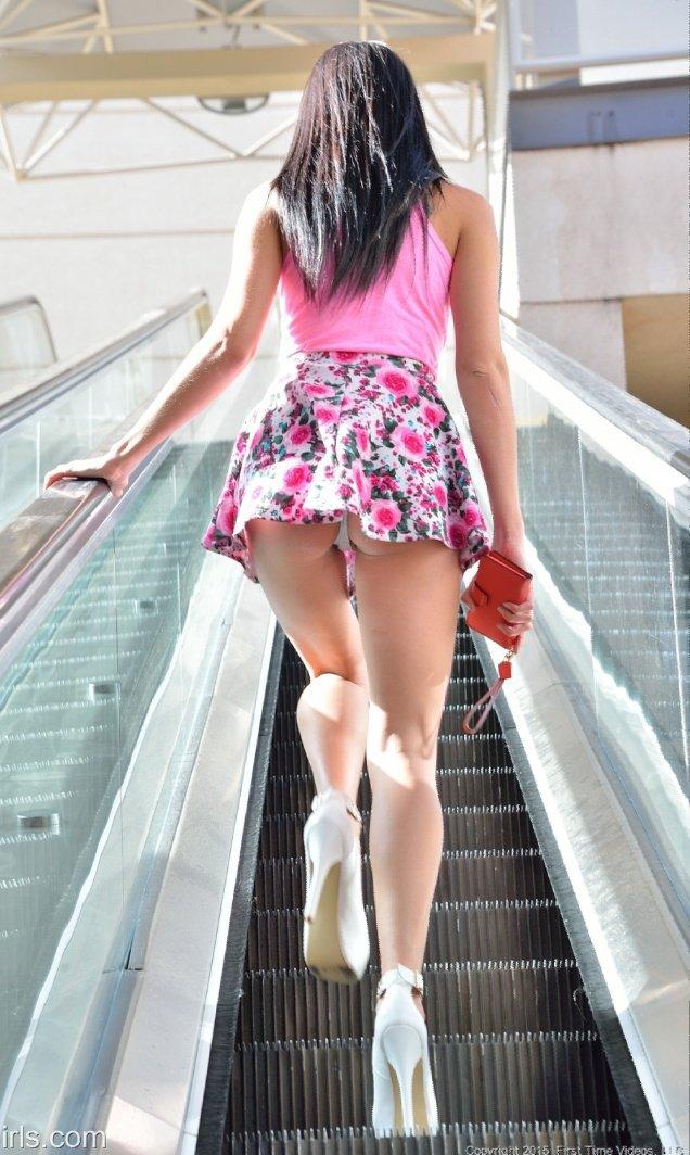 меру девушка в мини юбке поднимается по лестнице смотреть такое понятие, как