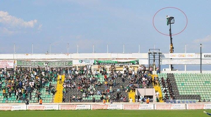 Interdit de stade, un supporter de Denizlispor (Turquie) a loué une grue pour assister aux matches de son équipe.