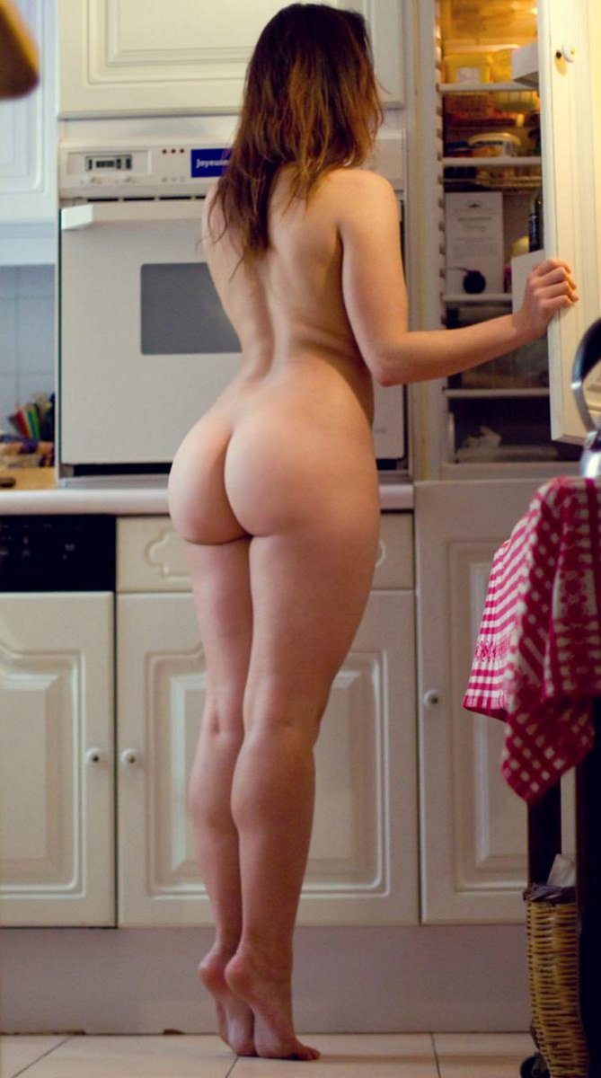 hot-nude-girl-sticking-butt-out