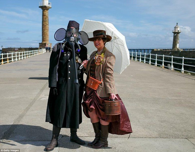 #Cosplay Awesome of the Day: #Steampunk Fans Stephen and Deborah Dutton from #Guisborough on #Whitby pier during @WGWGothWeekend, #UK via @authorcsmith #SamaCosplay