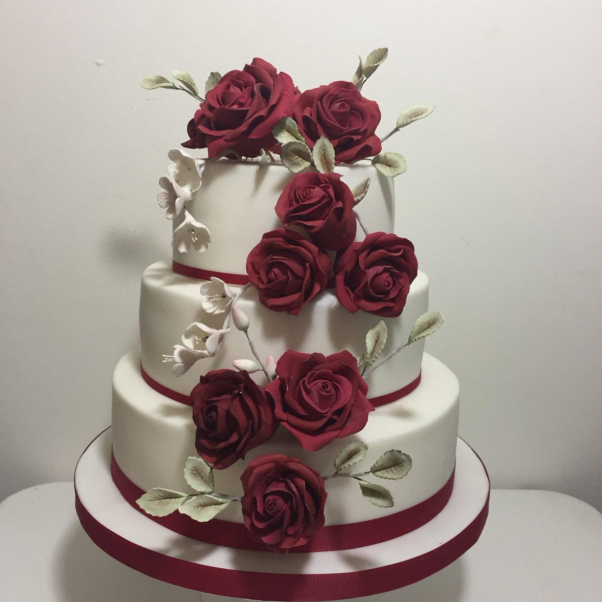 Cakes By La Chi Sur Twitter Red Roses On White Fondant 3tier