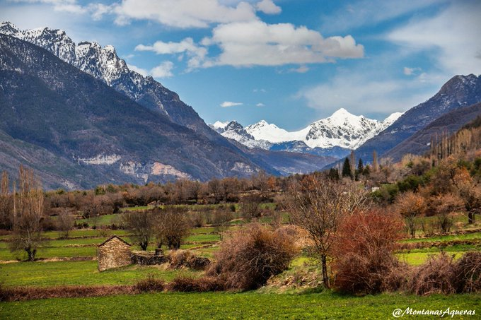Primavera en el valle, todavía invierno en las cumbres. Una mezcla mágica en la entrada al Valle de Tena...Es Aragón.