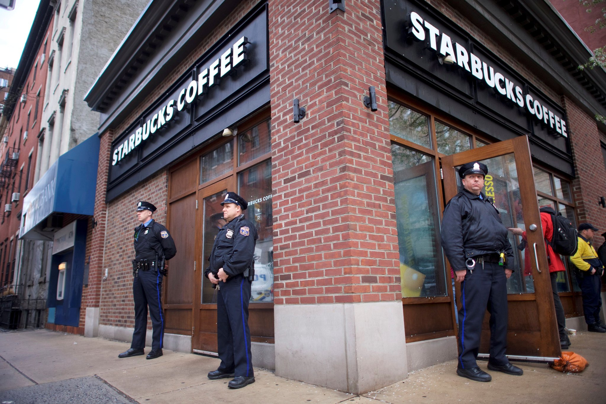 "Starbucks will close all U.S. stores on May 29 for ""racial bias education"" https://t.co/BhcbeM4I8R https://t.co/Wbmjit5unB"