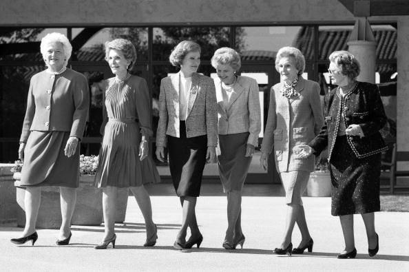 Here's another great photo from when Barbara Bush was #FirstLady, of all the living First Ladies, in order, Barbara Bush, Nancy Reagan, Rosalynn Carter, Betty Ford, Pat Nixon, and Ladybird Johnson. #WhatACrew<br>http://pic.twitter.com/DRZjfXmHnh