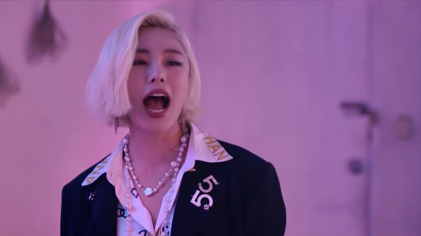 how to break up with a guy by jung wheein:  1. yell at him  2. activate your cyborg arm  3. detach and shoot (preferably thru his chest)  4. done, you&#39;re free :D  follow these #EASY steps to break up correctly. <br>http://pic.twitter.com/msLAUjq0EM