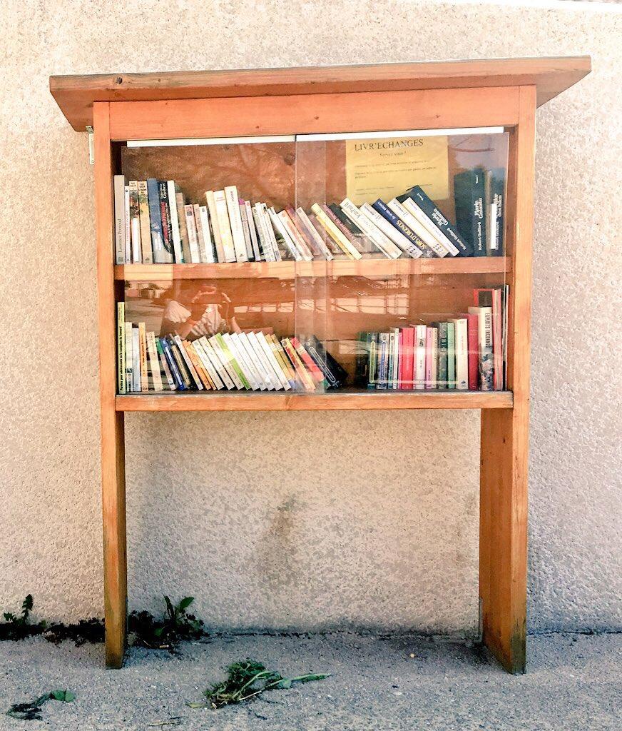 Regał z książkami na głównym placyku miasteczka.