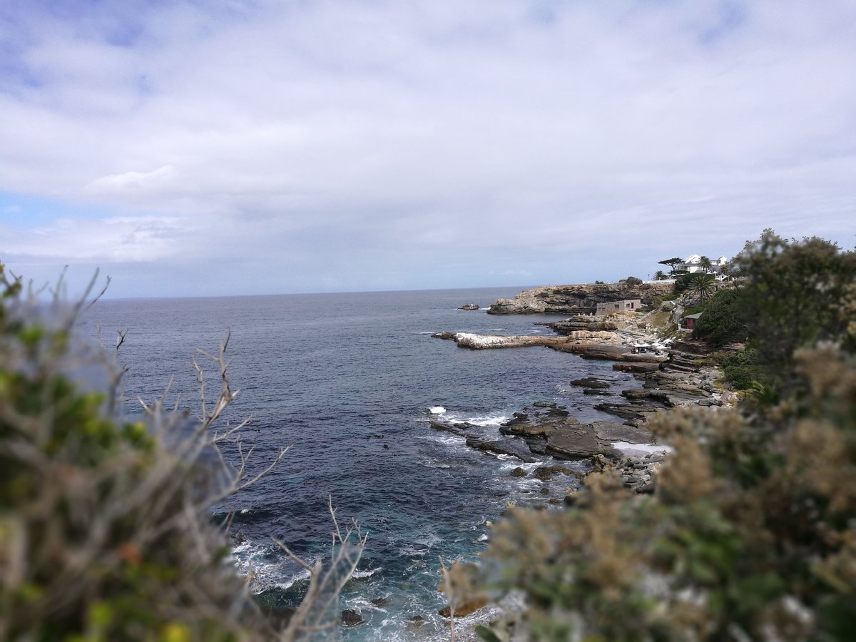 22 degrees with wind in Hermanus. #capewhalecoast #lekker #Hermanus #SouthAfrica #sky #coast<br>http://pic.twitter.com/fh6JQu9oQs