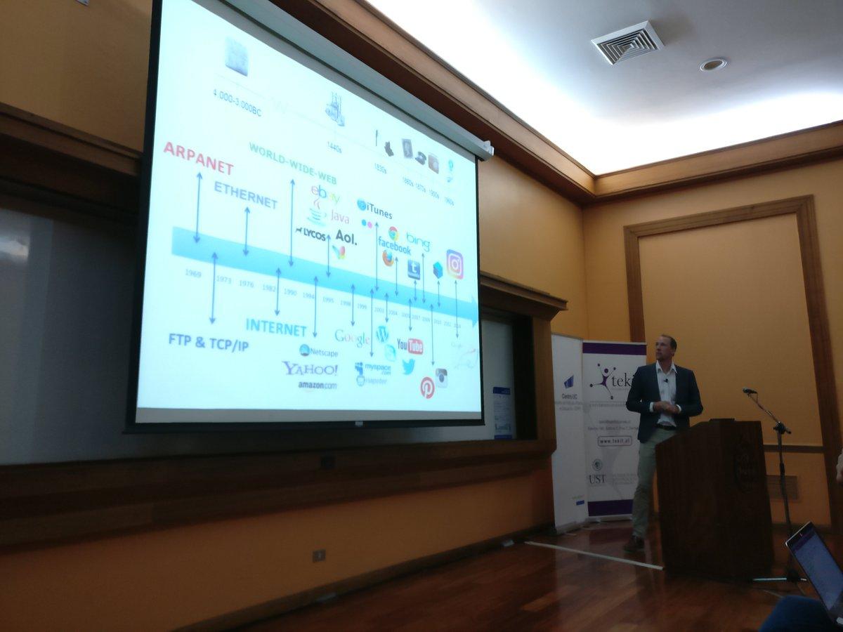 Alexander van Deursen from @DiS2O presenting at #sociedaddigital