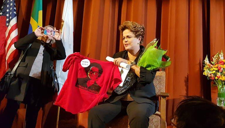 OS NOVOS DESAFIOS DO PT Presidente eleita diz nos Estados Unidos que presença no governo   enfraquece os partidos, que deixam de fazer política com 'P' maiúsculo No link abaixo, a íntegra do comentário de Dilma: https://t.co/exDwl72JGf