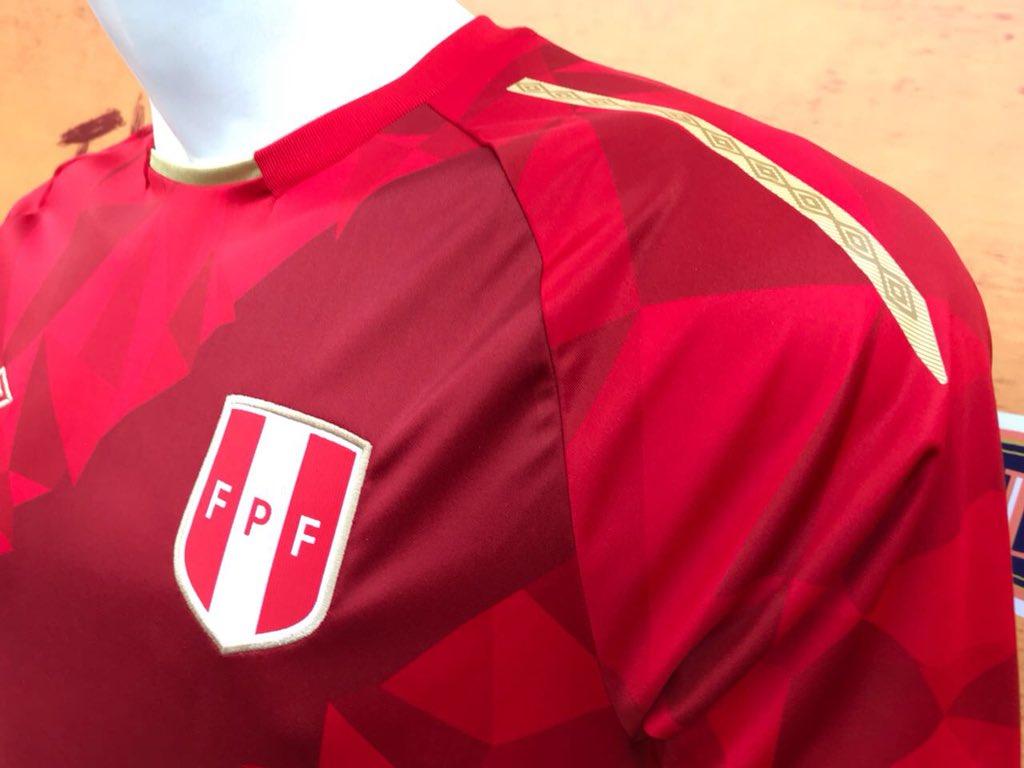 Perú presentó una tercera camiseta Umbro para Rusia 2018