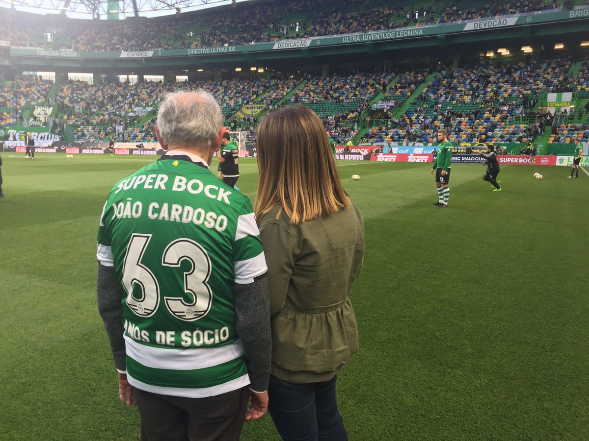 """No início de Abril a página """"A Miúda do Sporting"""" deu-nos a conhecer a história do seu avô. O Sr. João tem 85 anos, 63 anos de sócio do Sporting, e tinha um sonho: ir ao relvado e estar perto dos jogadores.   Desejo concedido. ✅"""