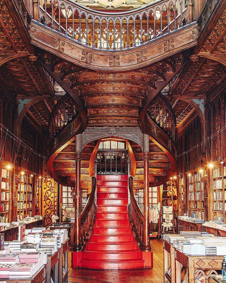 #Design Awesome of the Day: Wooden Staircase at @LivrariaLello (replicated in #HarryPotter #Dumbledore's Office), in #Cedofeita near #Porto 🇵🇹 via @Steampunk_T #SamaPlaces #SamaDesign