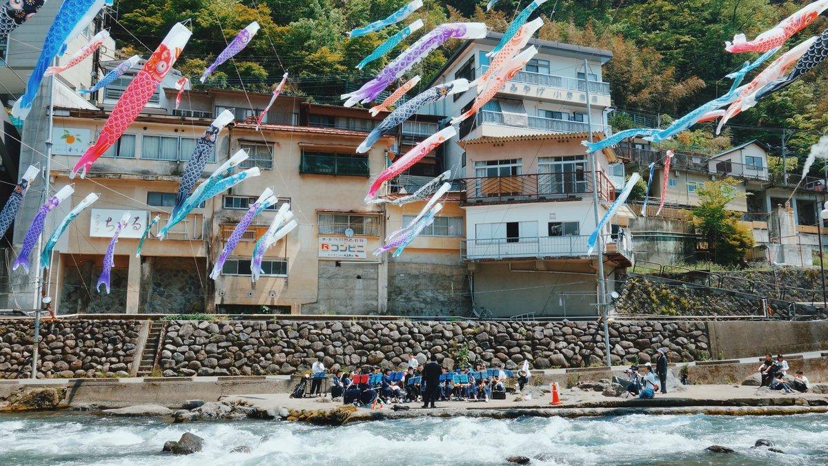 昨年のGWでかけた熊本の杖立温泉、鯉のぼりの影が川に写って本物の鯉みたいに泳いでいてきれいだった