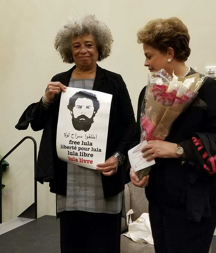a pantera negra angela davis e a presidenta eleita do brasil dilma rousseff seguram o cartaz pela liberdade de lula feito pela @johallack #MulheresFODONAS