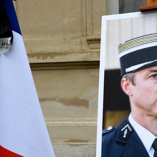 Arnaud Beltrame : sa famille refuse que son nom soit donné à des rues de villes FN https://t.co/Rqd64K6ufx #Faitsdivers