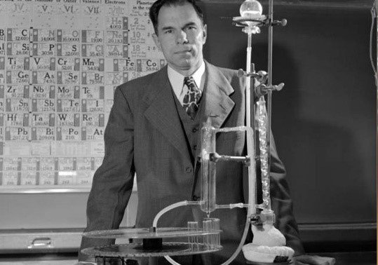 Today marks the 106th birthday of one of the most influential chemists of the 20th century: Glenn Seaborg. And given element 106 is named after him, let's celebrate his life. (Thread) https://t.co/bmRFCb2jTo