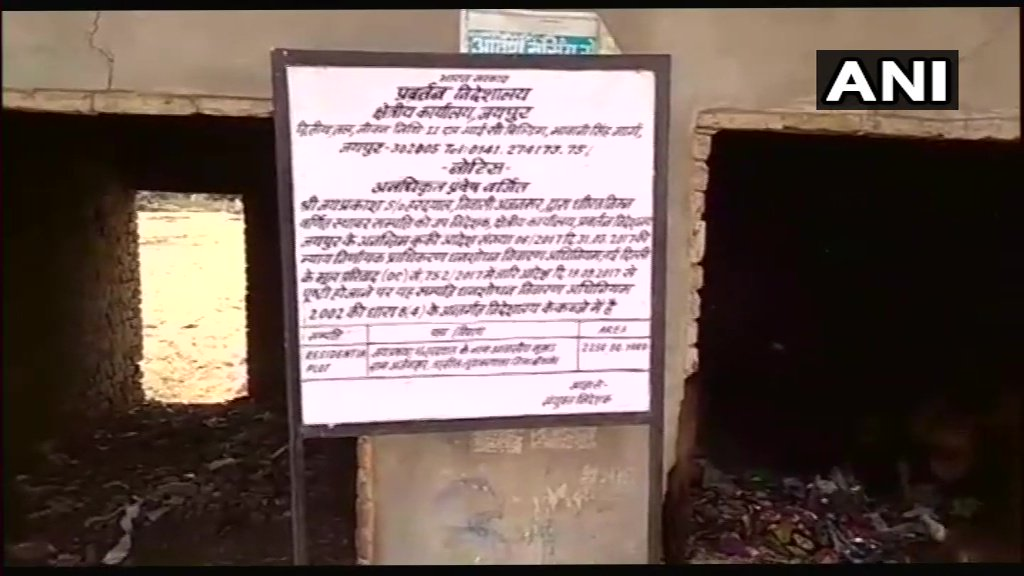 Enforcement Directorate(ED) has put up its board on Robert Vadra's land in Bikaner. The land was earlier seized by the agency. #Rajasthan