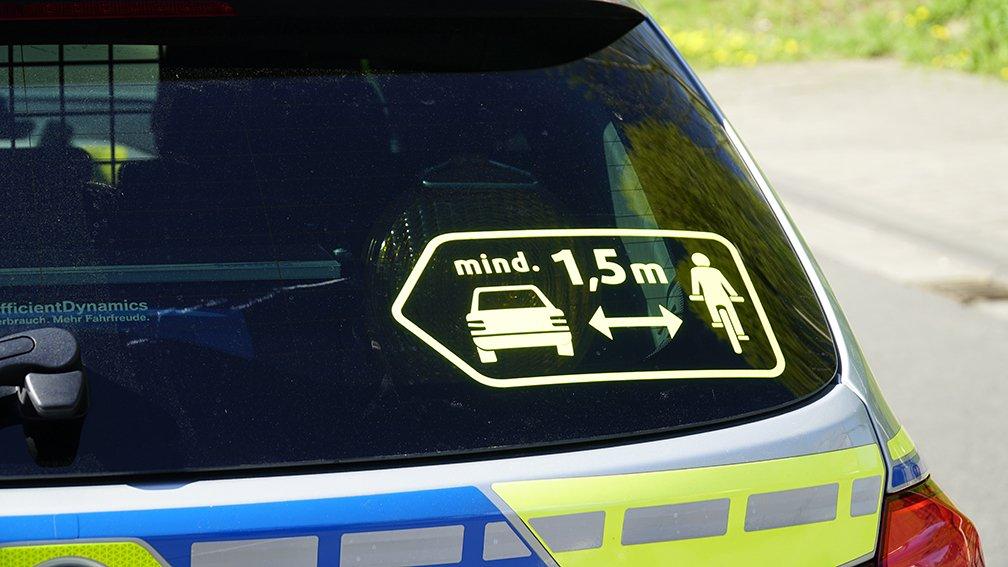 Bildergebnis für überholabstand fahrrad polizeiauto auto