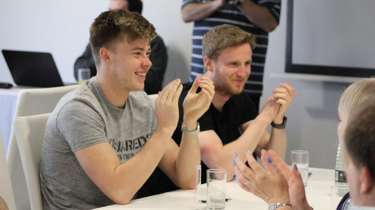 📸 | Bailey and Eunan take time out to chat with supporters before joining in with the quiz as part of a team with #LUFC staff