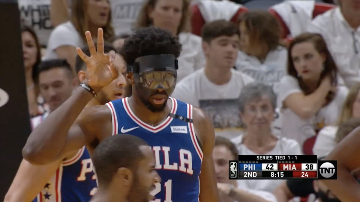 Embiid keeping track of Whiteside's fouls as he heads to the bench 🤐