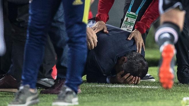 Spielabbruch im #Istanbul-Derby: Wurfgeschoss trifft #Besiktas-Trainer! https://t.co/junMF3MTlU