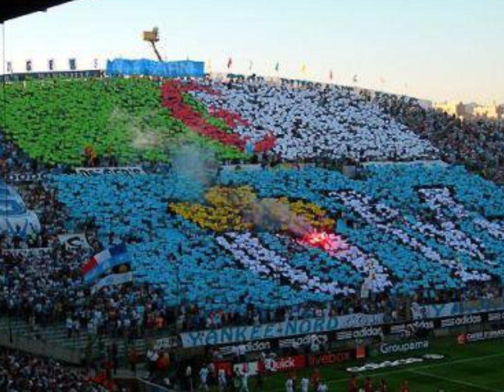 Tifo inoubliable des supporters de l'#OM lors de l'arrivée de @Kar_ziani  #Algerie. Un pays et une ville tellement proche 😍😍😍