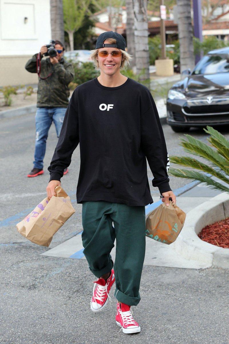 Justin Bieber deixando um restaurante de...