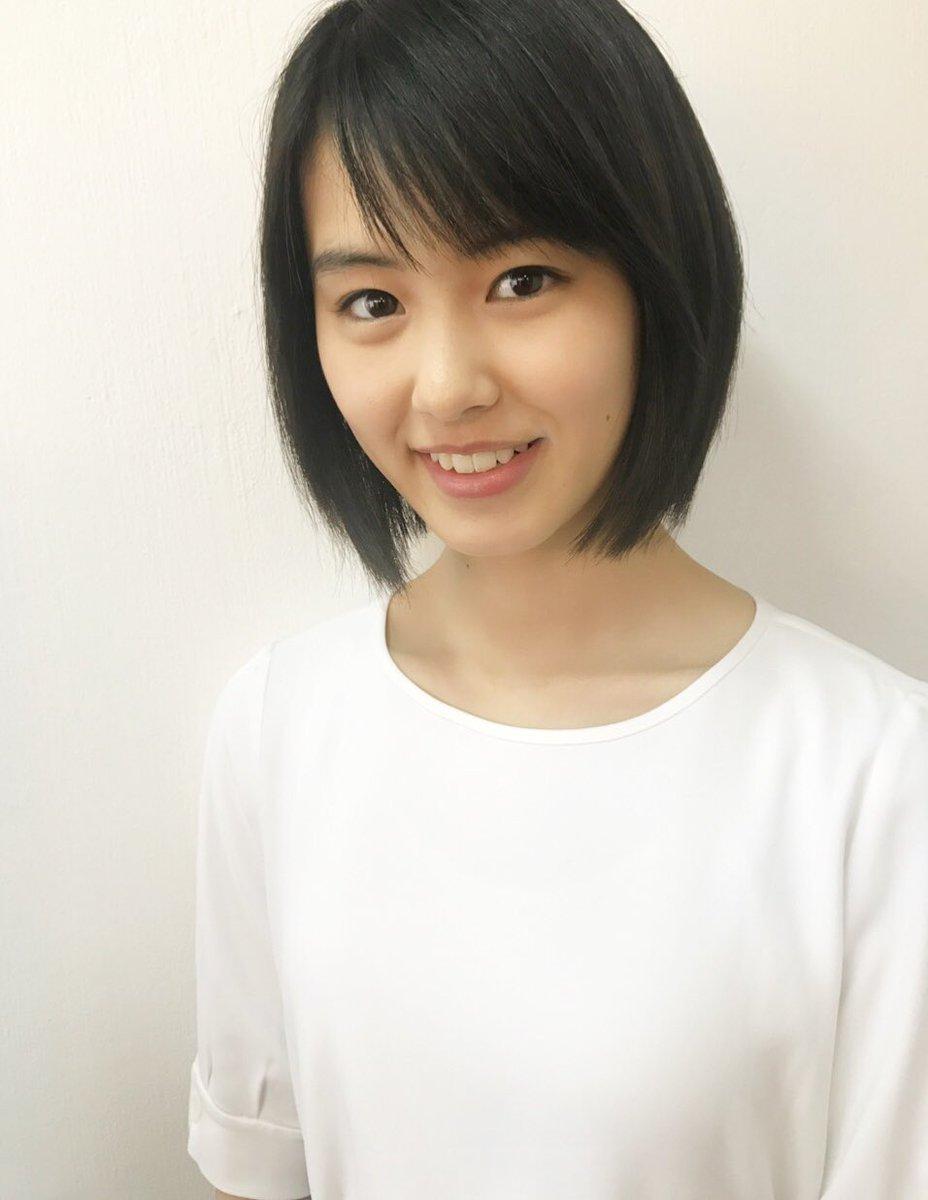 白いTシャツを着た竹内愛紗