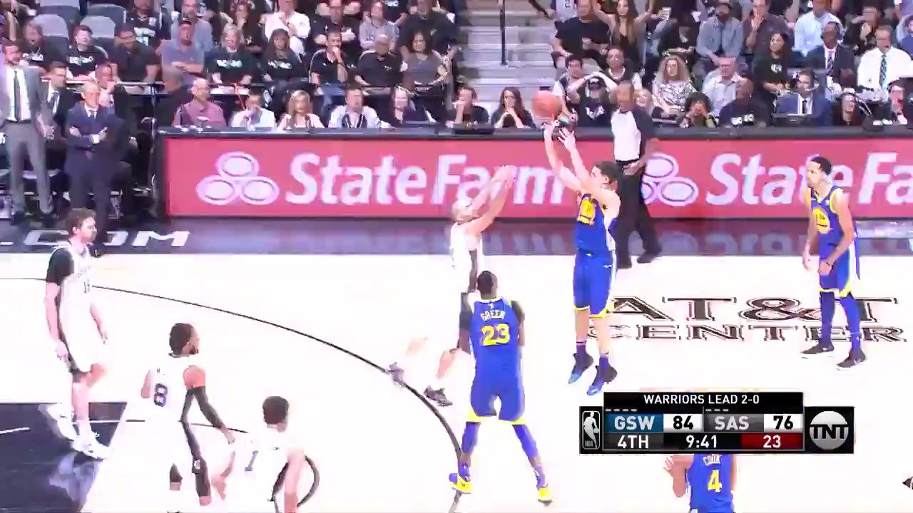 David West gives Klay Thompson another look! ������  #DubNation 94 | #GoSpursGo 77 in the 4th.  ��: @NBAonTNT https://t.co/qibw6d4TCd