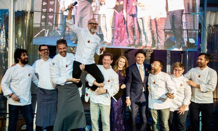 Grazie a @massimobottura il Castello Sforzesco trasformato per una sera in un pop-up dove 8 chef hanno cucinato a favore del Refettorio https://t.co/mi6xbB1o5H