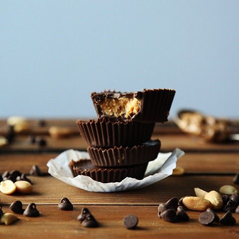 Anyone feeling like a treat?! Chocolate and Peanut Butter.... nope, there&#39;s no better combo! Frozen Peanut Butter Cups   #friyay #chocolate #peanutbutter #peanutbuttercup #frozen #dessert #snacks #homeMade #eeeeeats #nomnomnom  https:// buff.ly/2He27ic  &nbsp;  <br>http://pic.twitter.com/tUwzyTbjzi
